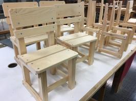 Några färdigmonterade stolar.